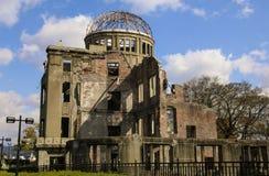 HIROSHIMA JAPAN - APRIL 01, 2019: Atombombkupol eller En-att bombardera den kupolGenbaku kupolen-mae, en del av den Hiroshima fre royaltyfri foto