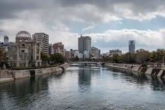 HIROSHIMA JAPAN - FEBRUARI 05, 2018: Genbaku atombombkupol och Hiroshima fredminnesmärke arkivfoto