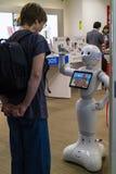 Hiroshima, Japan - 23. Mai 2017: Frau verständigt sich mit einem Roboter Stockbilder