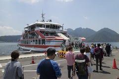 Hiroshima, Japan - Mei 26, 2017: De toeristen schepen op de veerboot a in royalty-vrije stock afbeeldingen