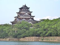 Hiroshima slott på sidan av den Otagawa floden i sommar Royaltyfri Fotografi