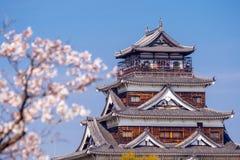 Hiroshima slott under Cherry Blossom Season royaltyfri fotografi