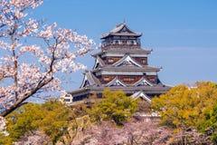 Hiroshima slott under Cherry Blossom Season fotografering för bildbyråer