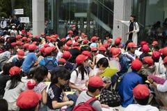 Hiroszima Japonia, Maj, - 25, 2017: Grupa ucznie siedzi w fr Zdjęcie Royalty Free
