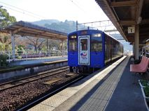 Hisatusu pomarańcze linii pociąg przy Hinagu linii kolejowej stacją Fotografia Royalty Free