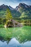 Hisnande gryning på Hintersee sjön i fjällängar Royaltyfria Foton