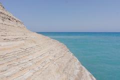 Hisnande klippa vid havet Arkivbild