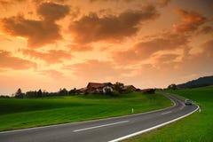 Hisnande lansdcape av österrikisk bygd på solnedgång Dramatisk himmel över idylliska gröna fält av Anstrian centrala fjällängar p royaltyfria foton