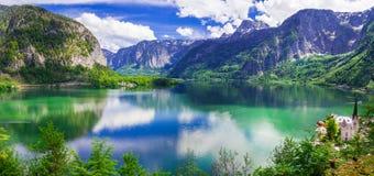 Hisnande natur och sjöar av Österrike hallstatt arkivbild