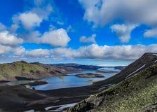 Hisnande panorama av sjön Langisjor och den Vatnajokull glaciären i soligt väder royaltyfria bilder