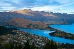 Hisnande panorama för Queenstown nyazeeländsk semesterortstad med Remarkablesen arkivfoton