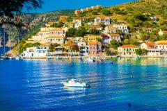Hisnande sikt av den Assos byn i Kefalonia den ionian ön i sommartid arkivbild