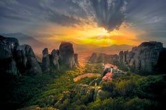 Hisnande sikt av den Meteora Roussanou kloster på solnedgången, Grekland Royaltyfri Fotografi