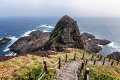 Hisnande sikt av en fotvandra slinga som går ner i Taiwan arkivbilder