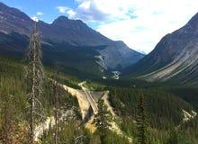 Hisnande sikt av kanadensiska steniga berg i Jasper National Park fotografering för bildbyråer