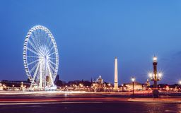 Hisnande sikt av La Concorde och monument på natten arkivfoto