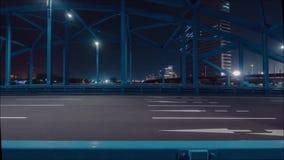 Hisnande sikt för panorama för tidschackningsperiod på den enorma bron för stålhuvudvägväg över floden i den moderna nattstaden i stock video