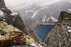 Hisnande sikt från överkanten av moutainen till Ringedalsvatnet sjön nära Trolltunga i Norge arkivfoton