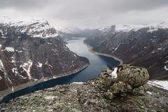 Hisnande sikt från överkanten av moutainen till Ringedalsvatnet sjön nära Trolltunga i Norge royaltyfri bild