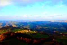 Hisnande sikt från ovannämnt på Marchegian kullar royaltyfri fotografi