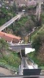 Hisnande sikt som reser ner berget funicular Kabeljärnväg arkivfilmer