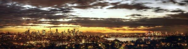 Hisnande solnedgång över Sydney och hamnen Royaltyfri Foto
