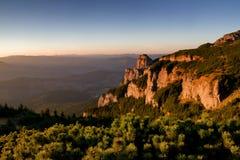 Hisnande solnedgång i bergområde arkivfoto