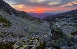 Hisnande solnedgång i bergområde arkivbilder