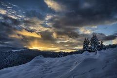 Hisnande solnedgång i vintertid fotografering för bildbyråer
