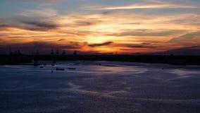 Hisnande solnedgång med perfekt tajming arkivbild
