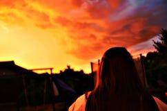 Hisnande solnedgång som skjutas med kvinnan royaltyfri foto