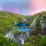 Hisnande solnedgångsikt med vattenfall Arkivbild