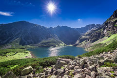 Hisnande soluppgång över Czarny Staw Gasienicowy i sommar, Tatras Fotografering för Bildbyråer