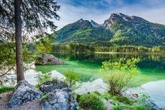 Hisnande soluppgång på Hintersee sjön i fjällängar Royaltyfria Bilder