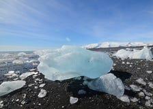 Hisnande stor bit av ett isberg på stranden Arkivfoton