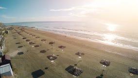 Hisnande surrfoto av den soliga stranden och havet i Larnaca, Cypern, flyg- skott royaltyfria bilder