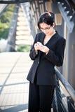 Hispanic businesswoman texting Royalty Free Stock Images