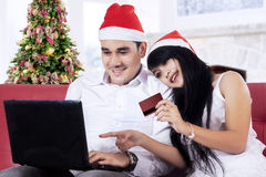 Hispanic couple shopping online in christmas day Royalty Free Stock Photography