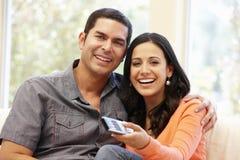 Hispanic couple watching television Royalty Free Stock Images