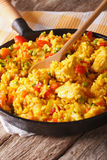 Hispanic rice with chicken and vegetables close-up in a pan. ver Royalty Free Stock Photos