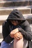 Hispanico preocupado triste 13 años del adolescente de la escuela que plantea la sentada al aire libre en la calle - ascendente c Fotos de archivo