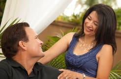 Hispanique attrayante et couples caucasiens image stock