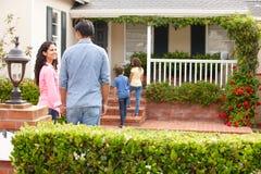 Hispanische Familie außerhalb des Hauses für Miete Lizenzfreies Stockbild