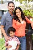 Hispanische Familie, die Briefkasten überprüft Stockfoto