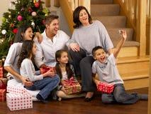 Hispanische Familie, die Fotos am Weihnachten nimmt Stockfotografie