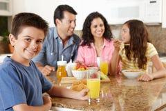 Hispanische Familie, die Frühstück isst Stockbild