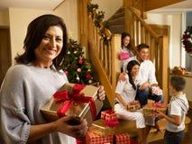 Hispanische Familie, die Geschenke am Weihnachten austauscht Stockbild