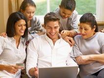 Hispanische Familie zu Hause, die online kauft Lizenzfreies Stockfoto