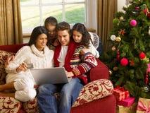 Hispanische Familie zu Hause am Weihnachten Stockbild