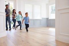 Hispanische Familien-Betrachtungs-mögliches neues Haus Lizenzfreies Stockfoto